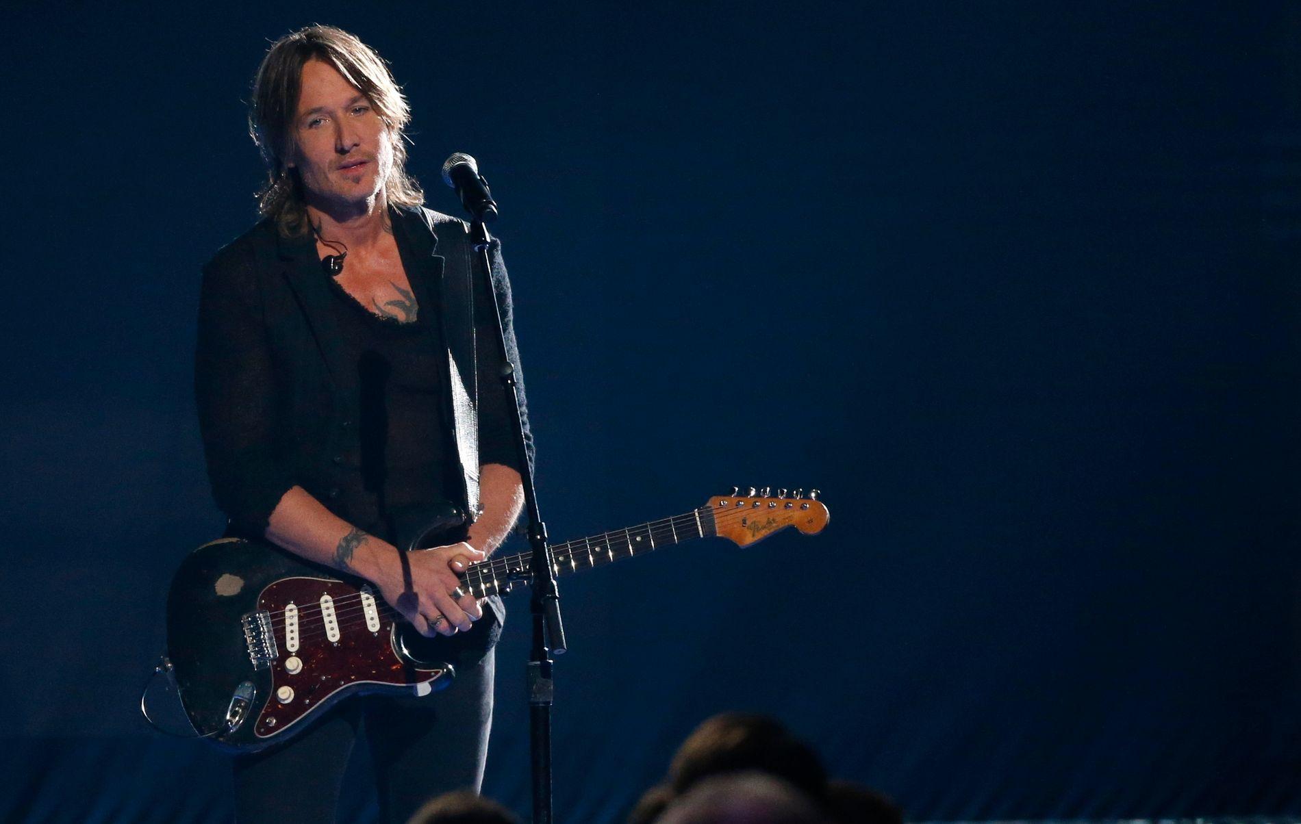 STERKT: Keith Urban på scenen i Bridgestone Arena med låten «Female».