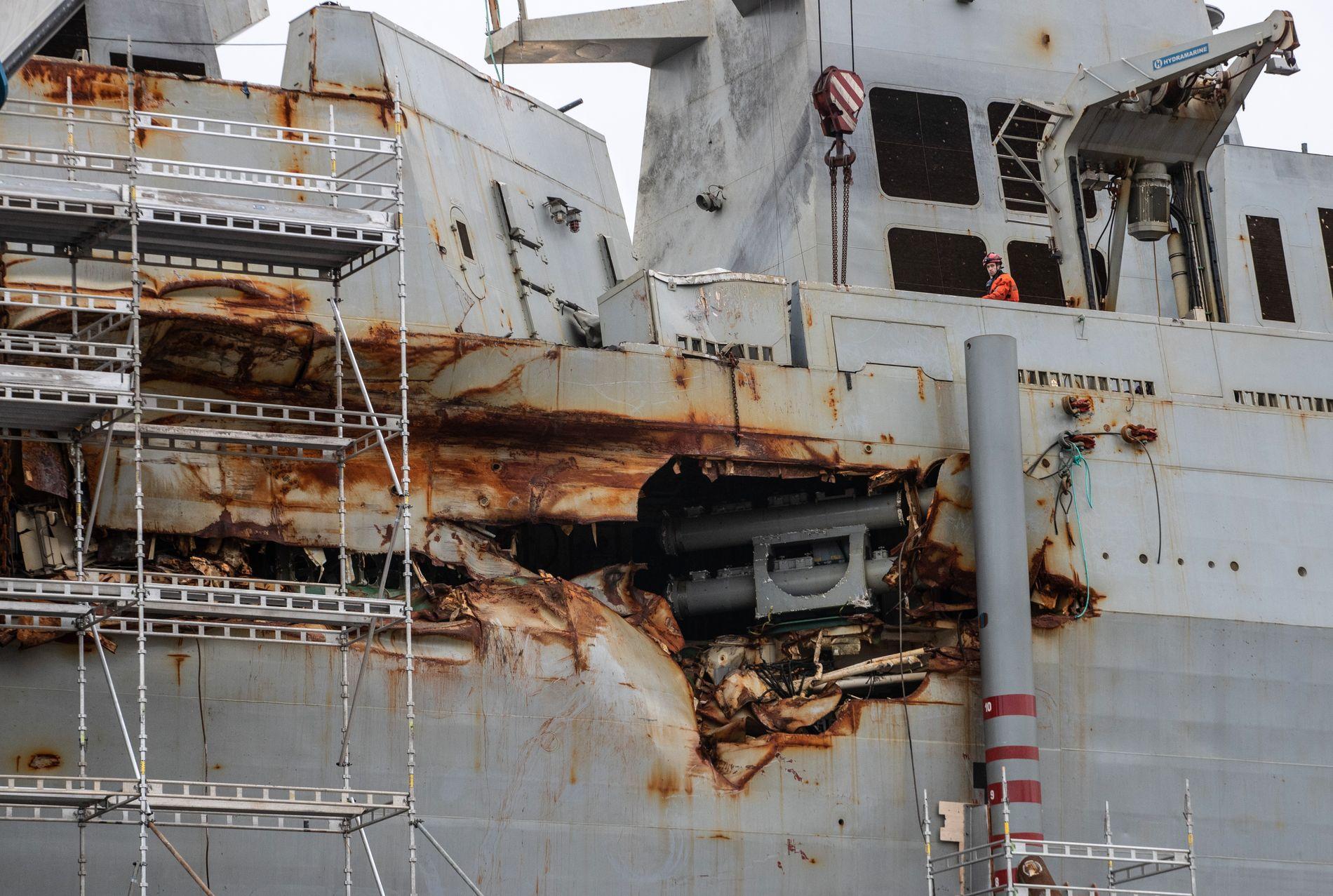 DIGER FLENGE: KNM «Helge Ingstad» sine omfattende skader ble godt synlige da fregatten endelig kom over vannoverflaten i mars.