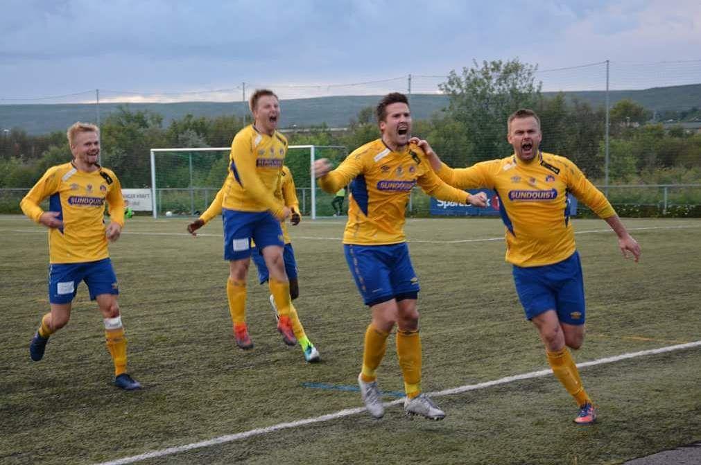 LANGE AVSTANDER: Bjørnevatns A-lag jubler her for en viktig scoring i 4. divisjon denne sesongen. Neste sesong må de belage seg på lange turer i 3. divisjon.