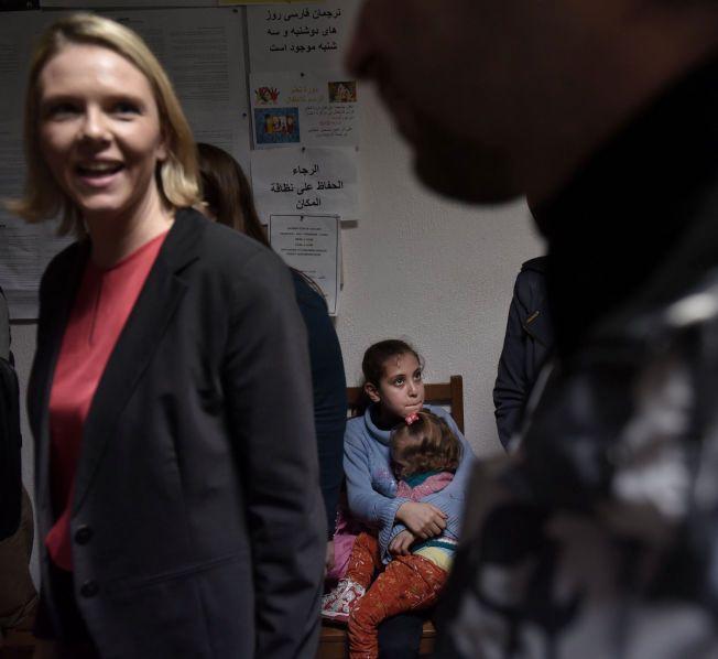 UENIG MED FN: Sylvi Listhaug mener Norge holder seg innenfor folkeretten. Her fra da hun møtte syriske flyktninger i Izmir i Tyrkia, i forrige uke.