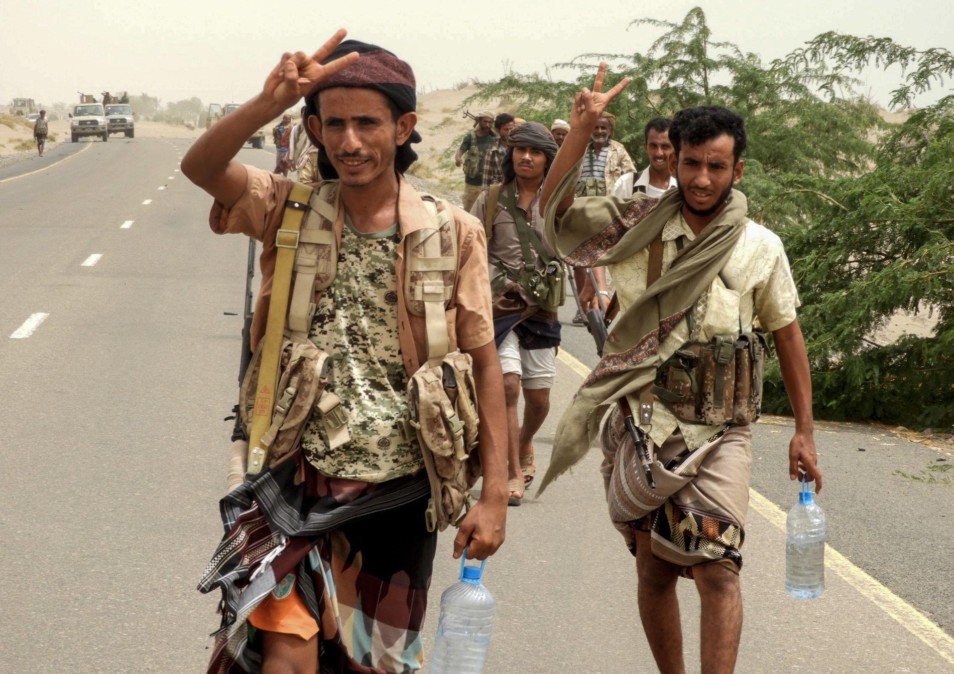 Pro-regjeringsstyrker, som nå angriper Hodeida fotografert utenfor byen på onsdag.