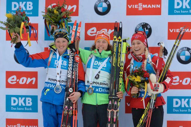 JUBEL PÅ PALLEN: Tiril Eckhoff (t.h.) jubler for tredjeplassen i Ruhpolding sammen med den tyske vinneren Laura Dahlmeier (midten) og franske Marie Dorin Habert, som ble nummer to.