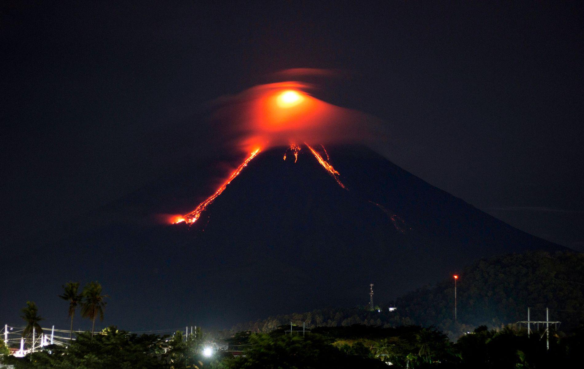 AKTIVITET: Lava renner nedover langs fjellsiden på vulkanen Mayon, her fotografert fra byen Legazpi.