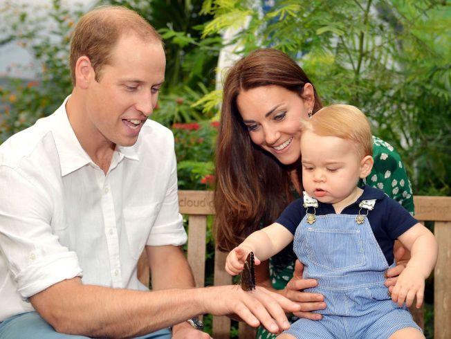 SNART FIRE: Den lille kongefamilien vil i nærmeste fremtid få et nytt medlem. Her er prins William, hertuginne Kate og prins George på Natural History Museum i London i fjor.