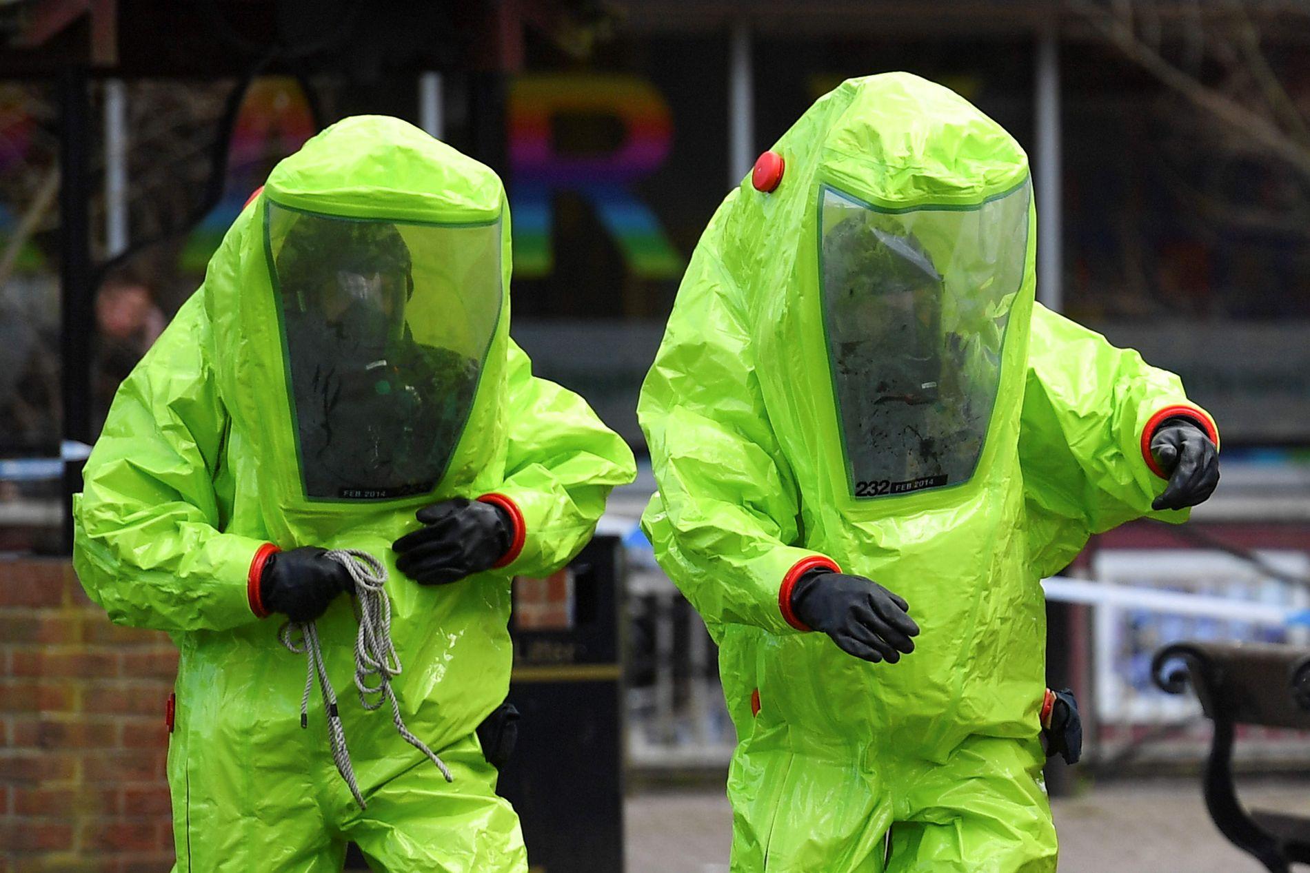 FORGIFTET: Bildet viser britiske nødmannskaper som jobber på stedet der den russiske eks-spionen Sergej Skripal og datteren Julia ble forgiftet i mars.