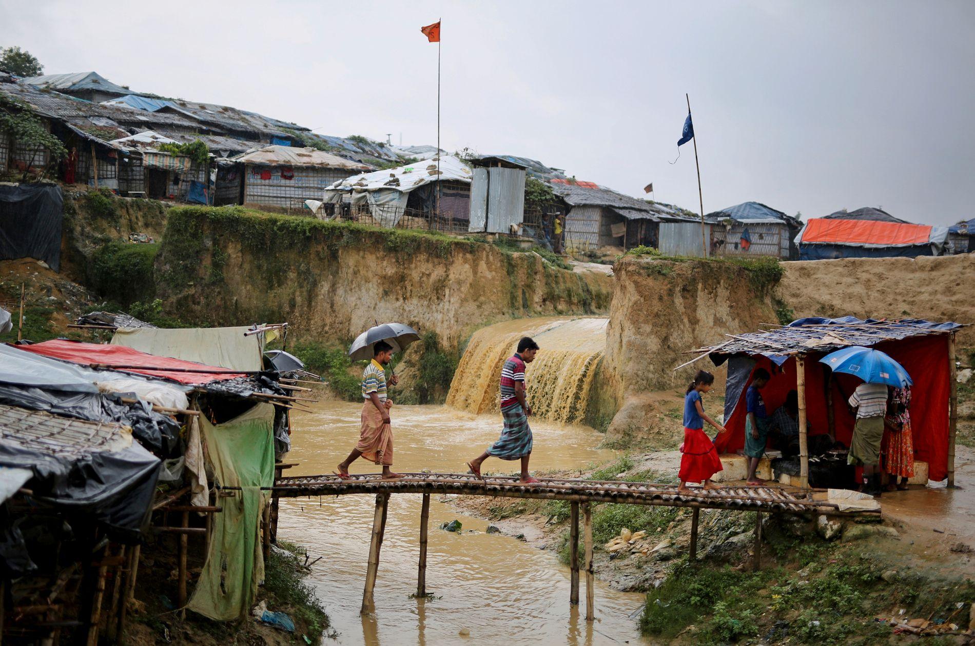 Flere rohingyaer har stukket av fra flyktningleirer i Bangladesh i frykt for å bli sendt tilbake til Myanmar.