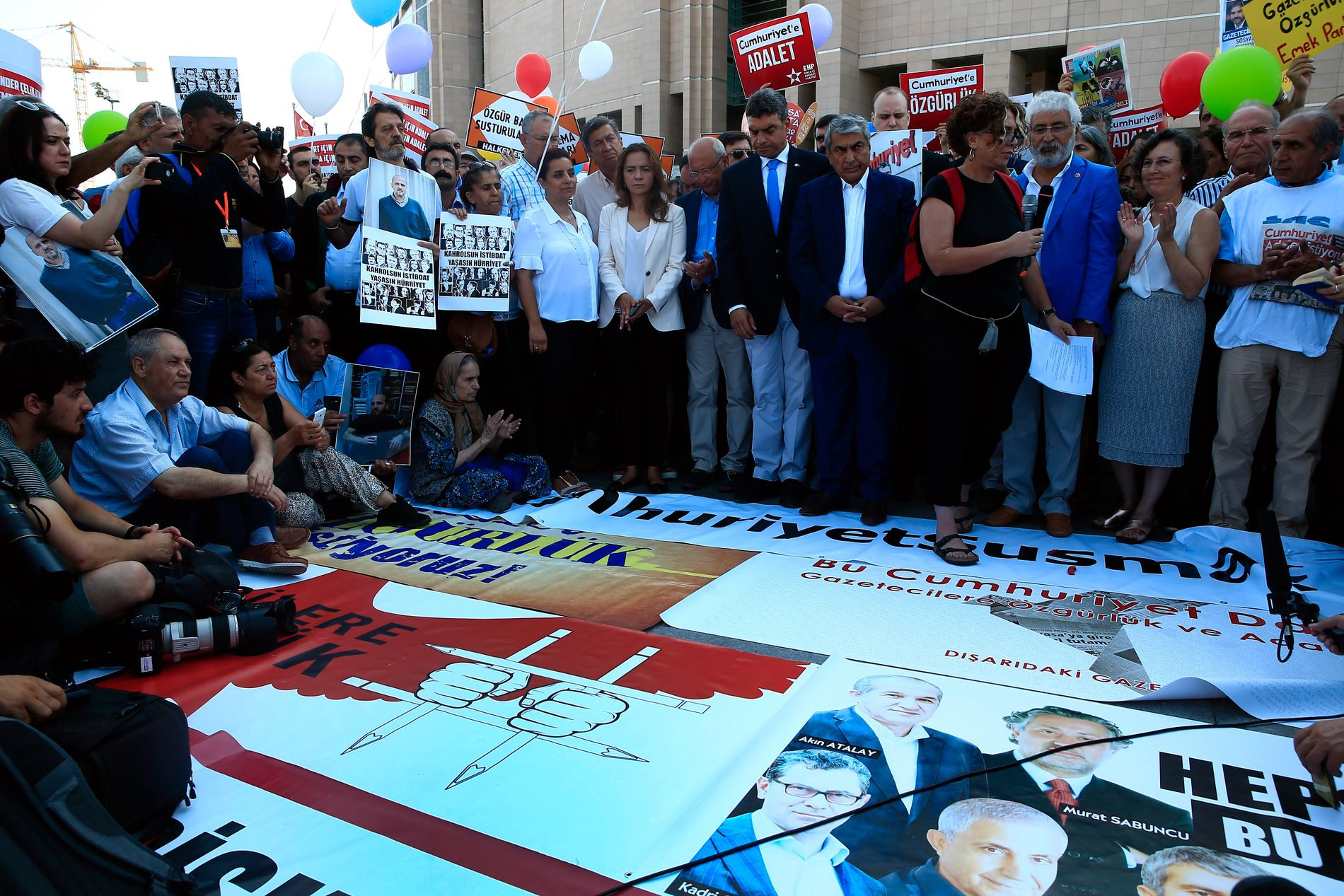 PROTEST: Aktivister er samlet utenfor retten i Istanbul for å protestere mot arrestasjonen av ansatte i avisen Cumhuriyet.