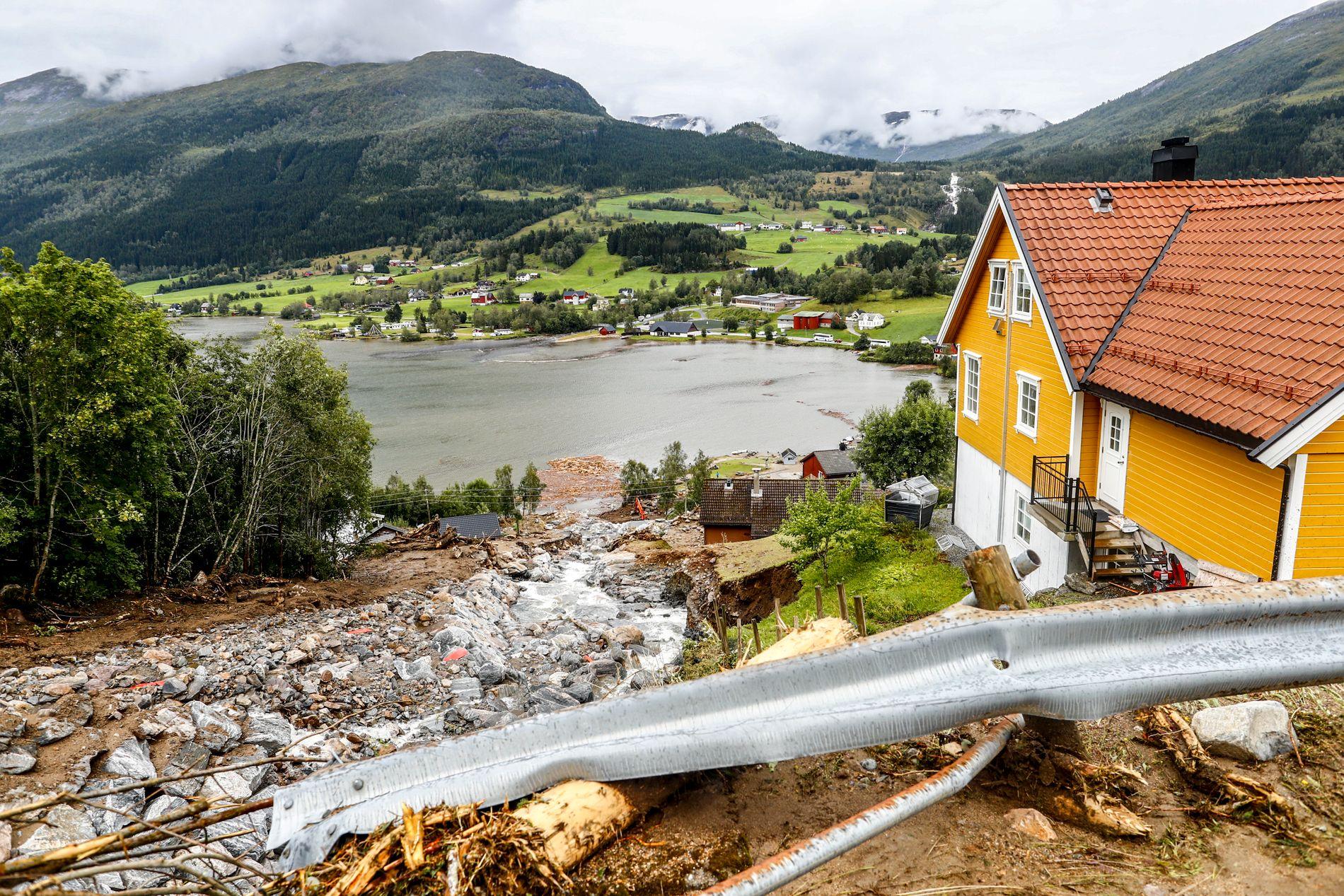BURDE GITT ORANGE: Vakthavende meteorolog var opptatt av Østlandet, og varslet ikke om at nedbørsprognosene for Vestlandet tirsdag økt til oransje nivå, sier den interne rapporten.