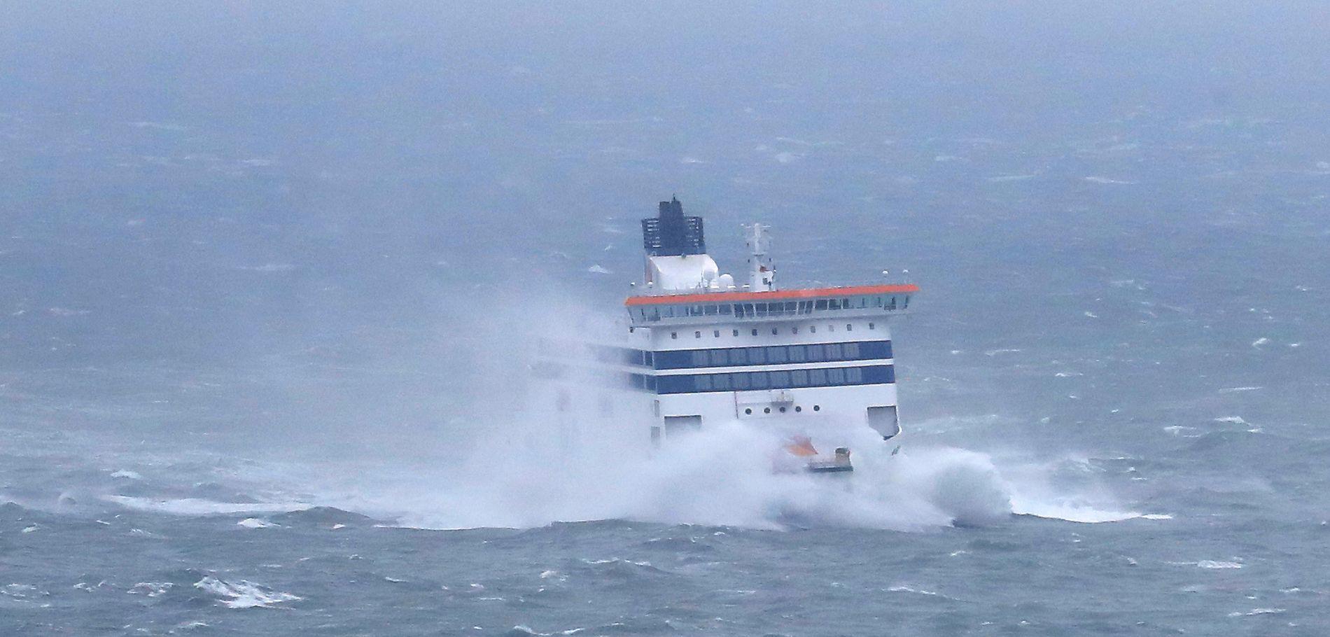 VOLDSOMT UVÆR: En ferge er på vei inn til havn i Port of Dover under uværet «Gareth», som herjer De britiske øyer, og er på vei over Norge tirsdag kveld.