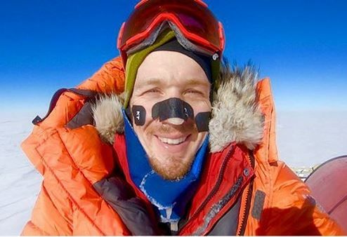 HISTORISK: Amerikanske Colin O'Brady ble den første til å krysse Antarktis fra kyst til kyst helt for egen maskin. Dette bildet delte han på dag 49 av reisen. Det gjengis med tillatelse.