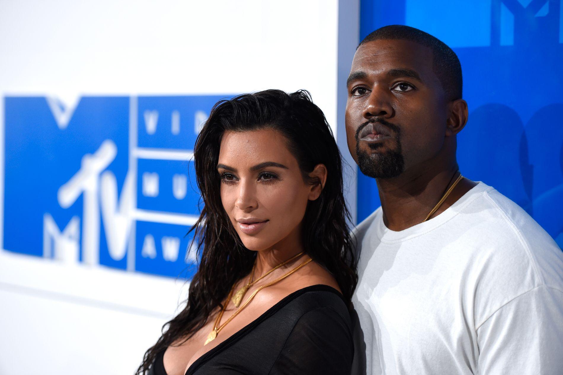 TUNGE DAGER: Kim Kardashian og mannen Kanye West ber for sin fotograf, Marcus Hyde, som mandag morgen amerikansk tid var involvert i en alvorlig bilulykke.