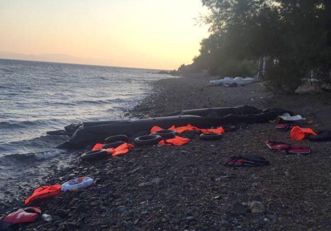Grytidlig tirsdag morgen fant Trude Jacobsen denne punkterte gummibåten på stranden, 100 meter fra hotellrommet. «Enten har de tatt hensyn til at det var natt, og unnlatt jubelrop. Eller så hadde de ikke noe å juble for - unormalt få vester, kanskje noen falt ut underveis?» skriver hun på Facebook-gruppen Dråpen i havet».