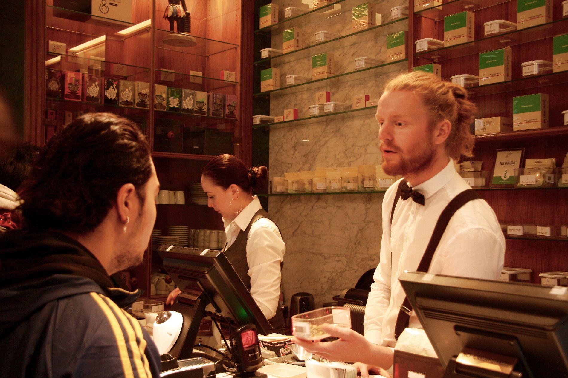 ÅPENT SALG:  Samantha og Teun jobber på Boerejongens Coffee Shop i Amsterdam. Her tilbyr de cannabis og hasj og ferdigrullede jointer til kundene, som består av både lokale og turister. Kortterminalen i butikken står som et klart symbol på hvor stueren denne handelen er her.