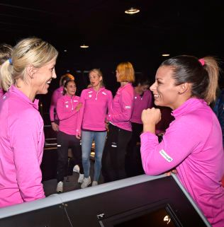 VELKOMMEN ETTER: Nora Mørk (til høyre) har avklart fremtiden. Det blir Györ der både Heidi Løke (til venstre)  og Linn Jørum Sulland (nr. tre fra venstre) spiller. Lørdag åpner Norge VM mot Russland.