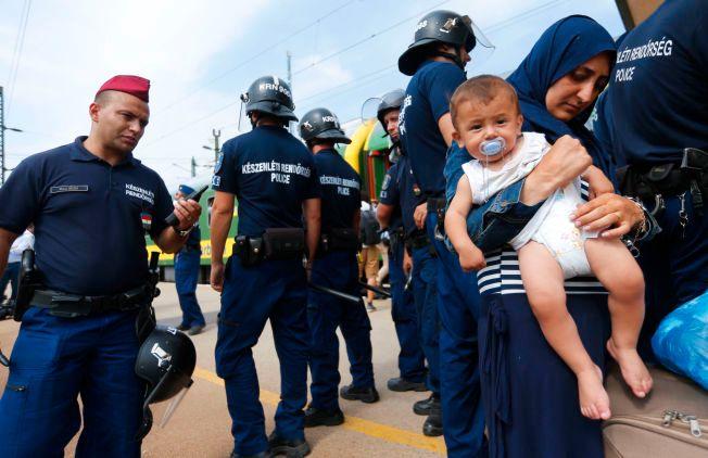 FORTSATT PÅ FLUKT: Kvinnen med barnet er nå i en flyktningleir i ungarske Bicske, vest for Budapest.