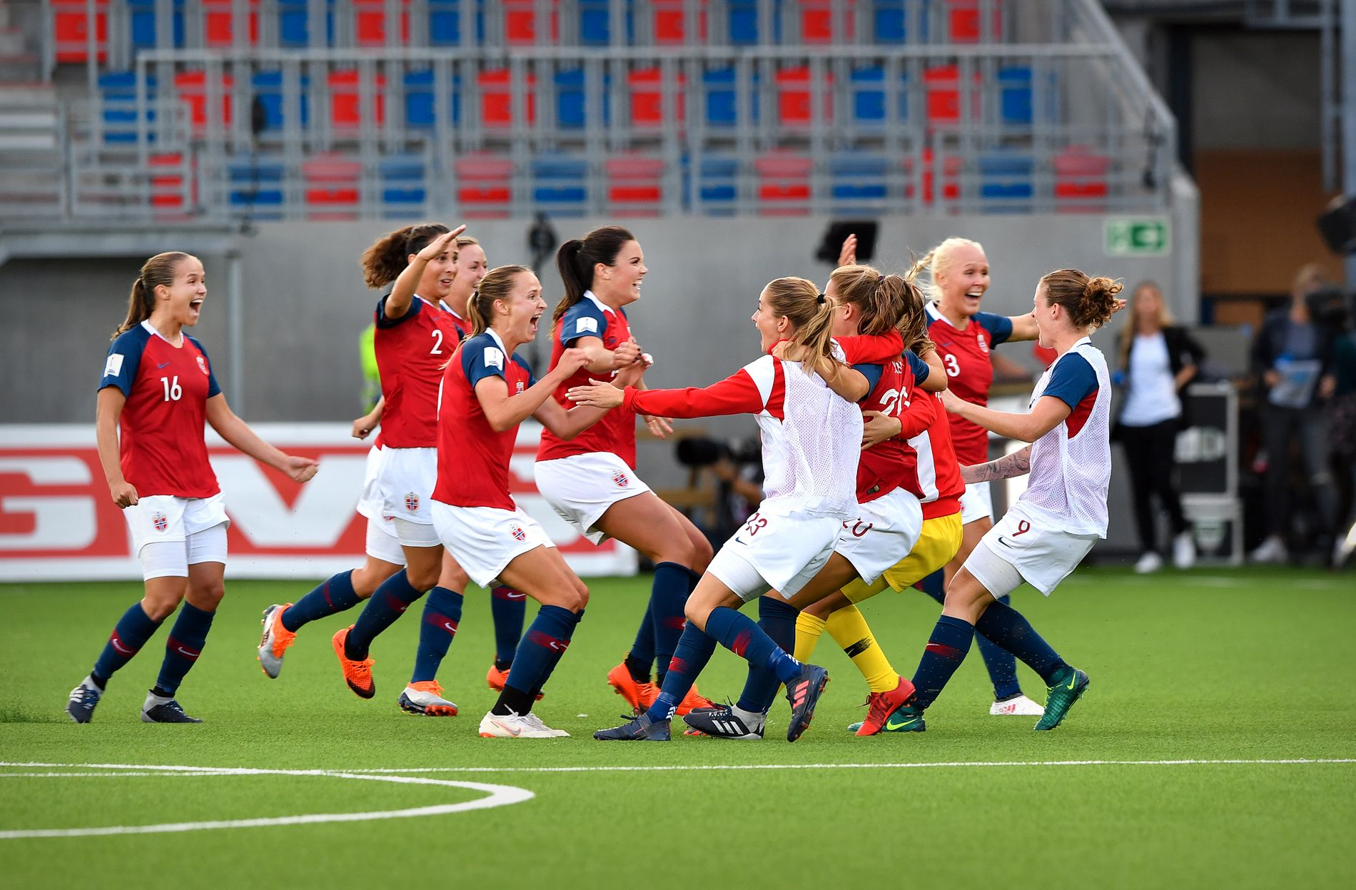 JUBEL: De norske spillerne er i ekstase etter å ha kvalifisert seg til VM i Frankrike.