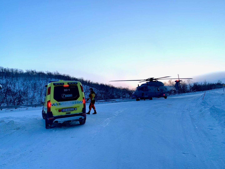 PÅ STEDET: Forsvaret bistår i sluknings- og redningsarbeidet i Friarfjorden.