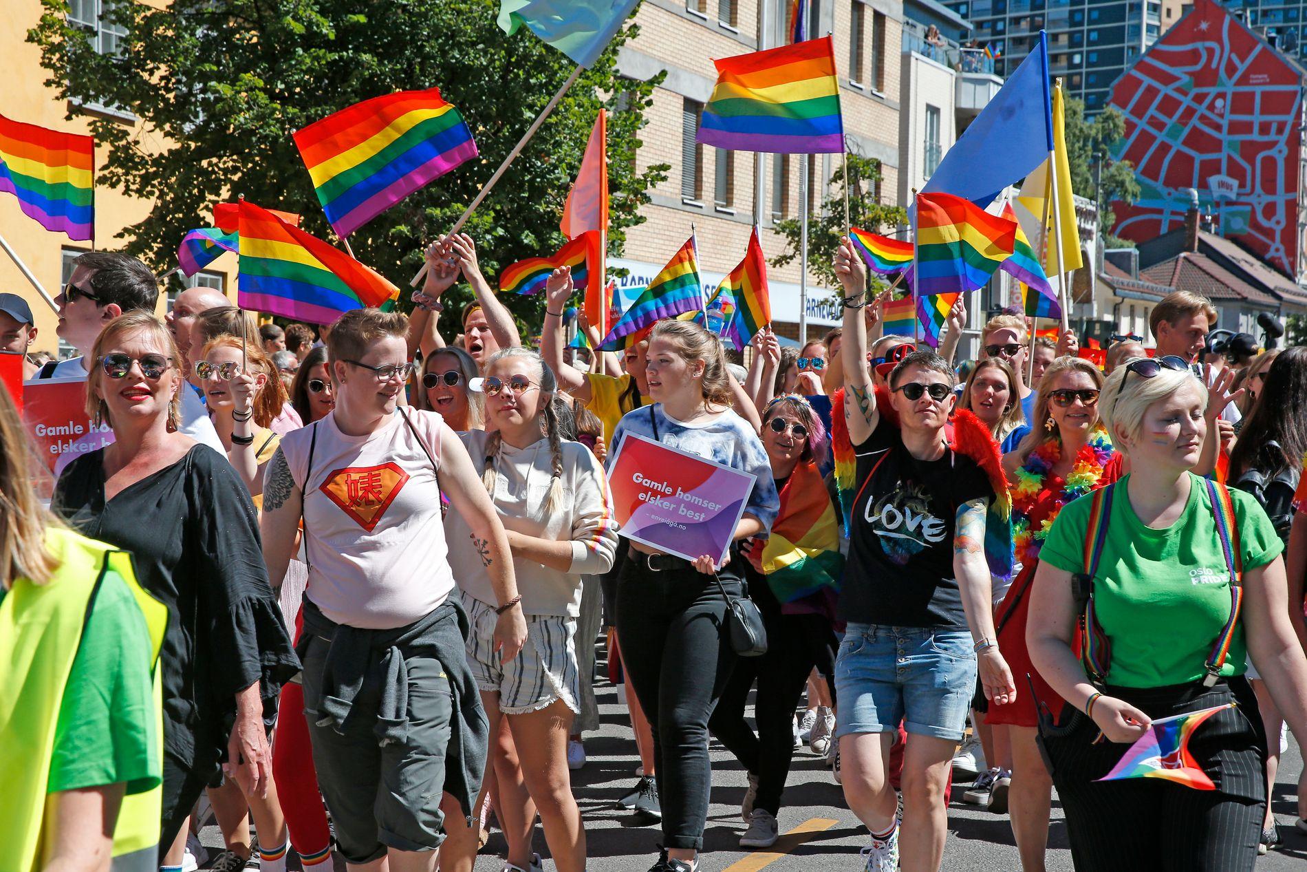FOLKEFEST: 40.000 mennesker gikk i Pride-paraden i Oslo i 2018. I tillegg hadde de 200.000 tilskuere.