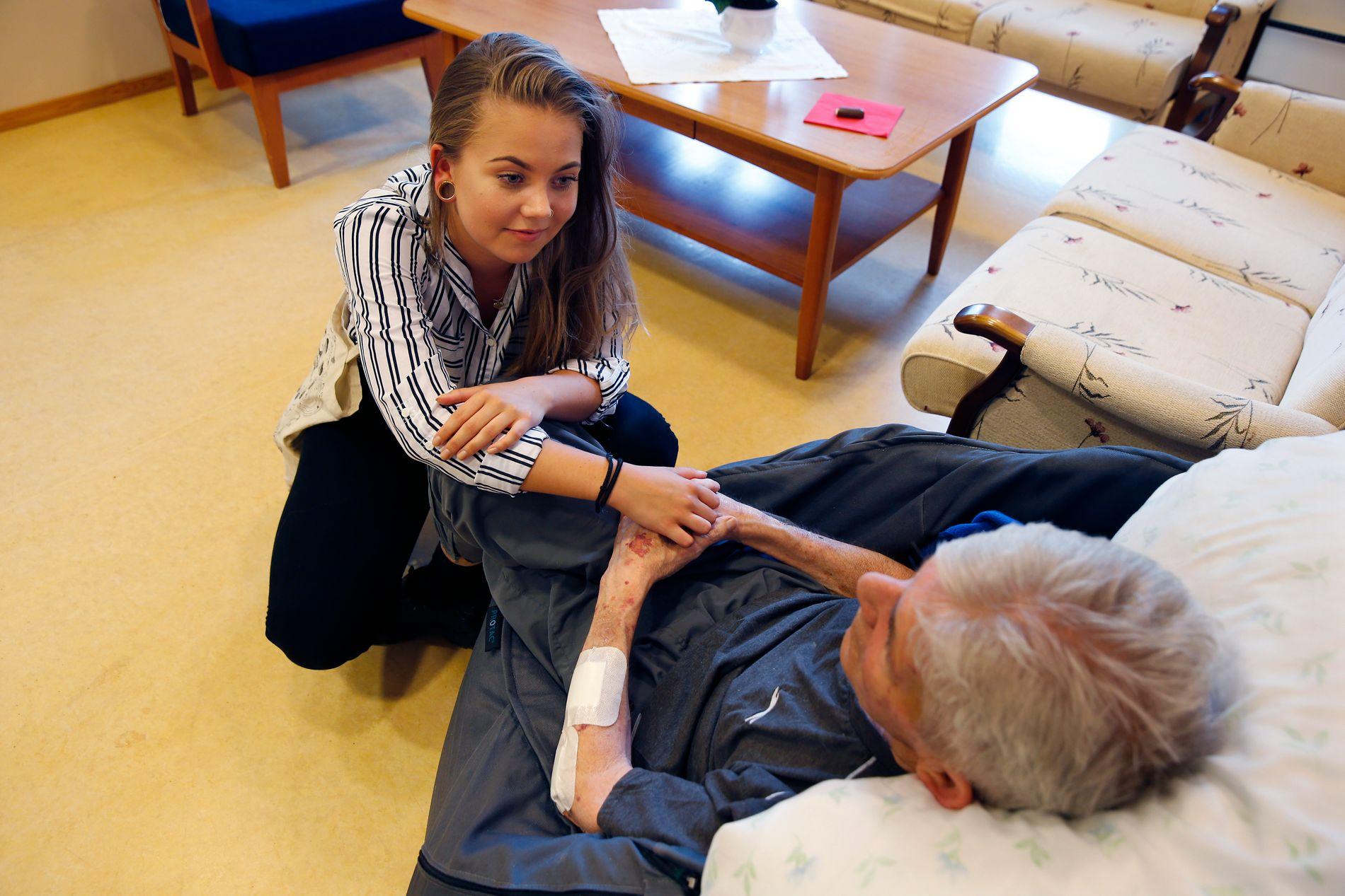 FINE STUNDER: Victoria Frelsøy besøker sin demente far på Åråsen bo- og behandlingssenter i Lillestrøm. – Det er vanskelig å ha en far med demens, men vi har mange fine stunder sammen også, sier 19-åringen.