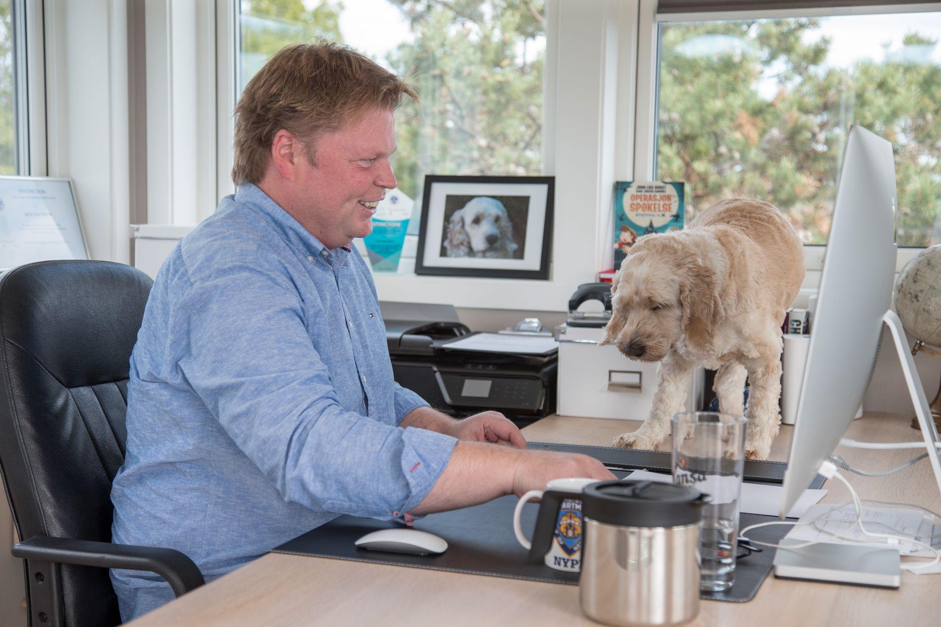 SKRIVEKOMPIS: Jørn Lier Horst i skrivetårnet med hunden Theodor på sin faste plass, oppe på skrivepulten.