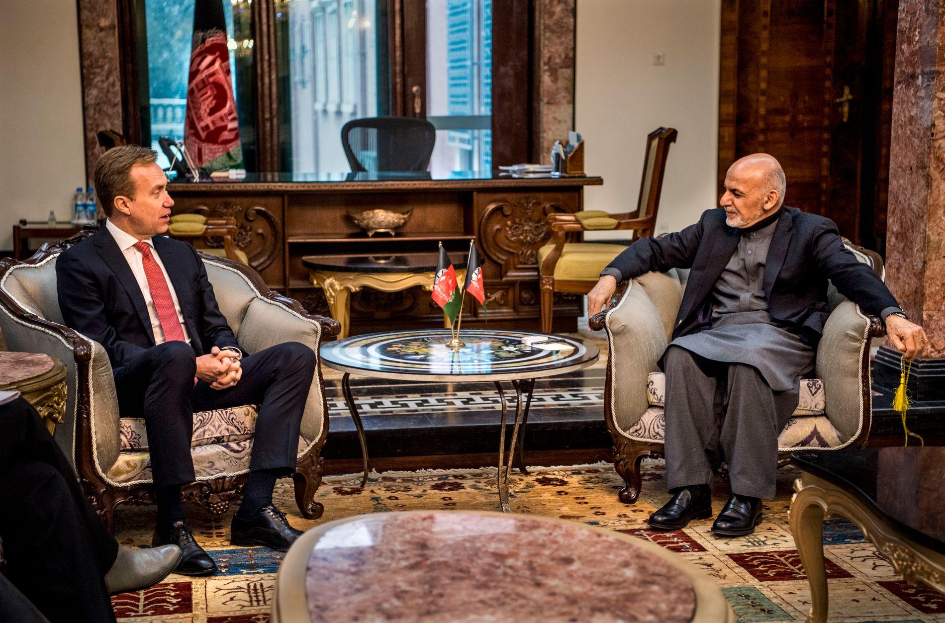 VIL HA VALG: Afghanistans president Ashraf Ghani vil avholde presidentvalg før en eventuell fredsavtale med Taliban. Her er han en samtale med tidligere utenriksminister Børge Brende.