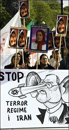 - OVERVÅKER OSS: Iranere i det norske eksilmiljøet hevder regimet følger med på deres aktiviteter. Her fra en demonstrasjon arrangert av tilhengere av Folkets Mujahedin i Oslo, 2007. Foto: Scanpix