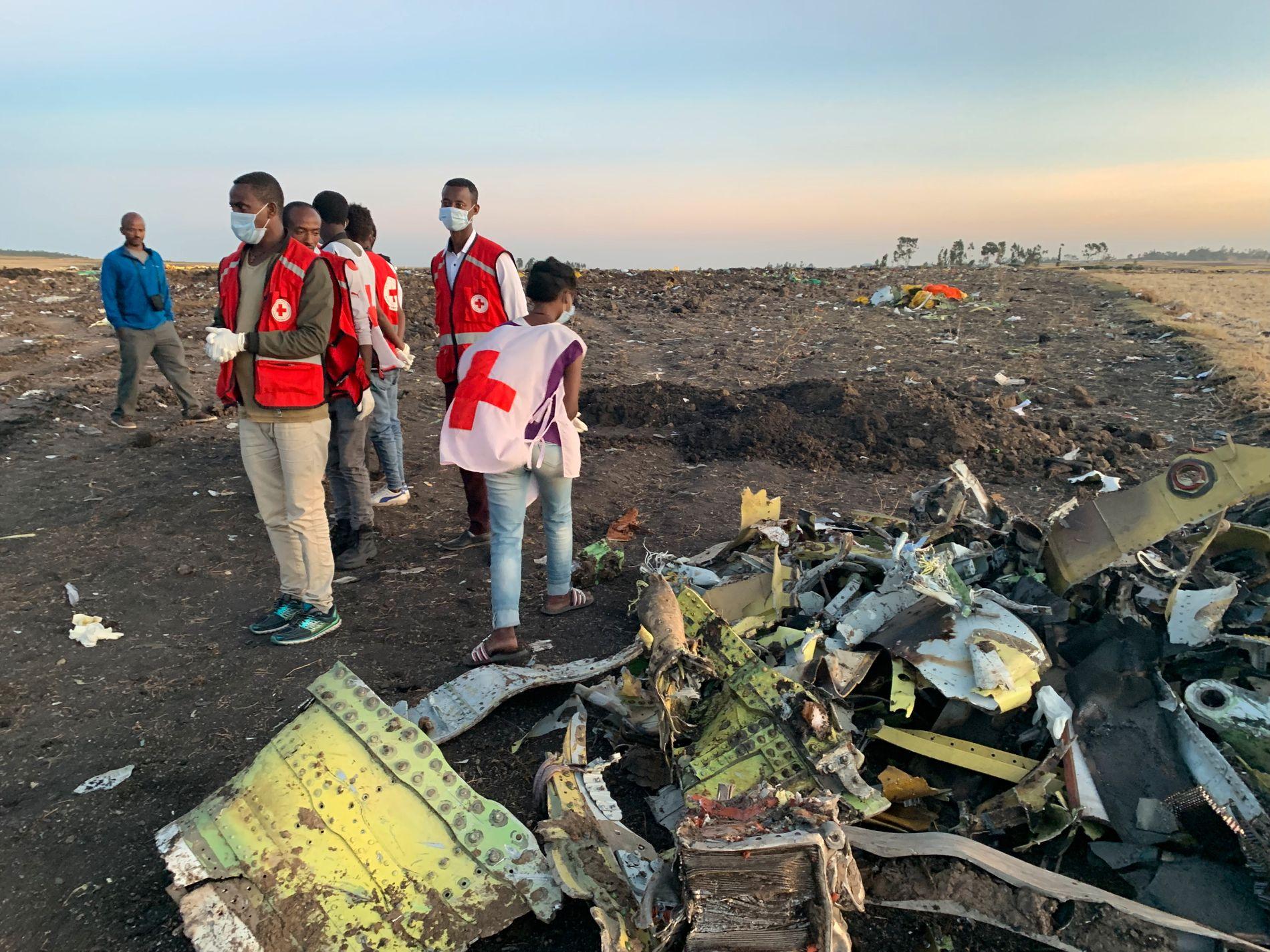 PÅ PLASS: Hjelpemannskaper er på plass på ulykkesstedet etter flystyrten.