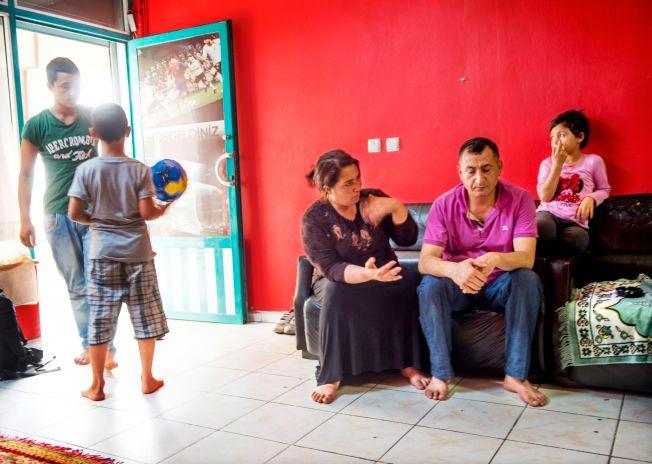 MIDLERTIDIG HJEM: For to måneder siden flyttet familien inn i det som tidligere var en spillkafé utenfor Istanbul. På døren henger helten til fotballinteresserte Ahmad (10).