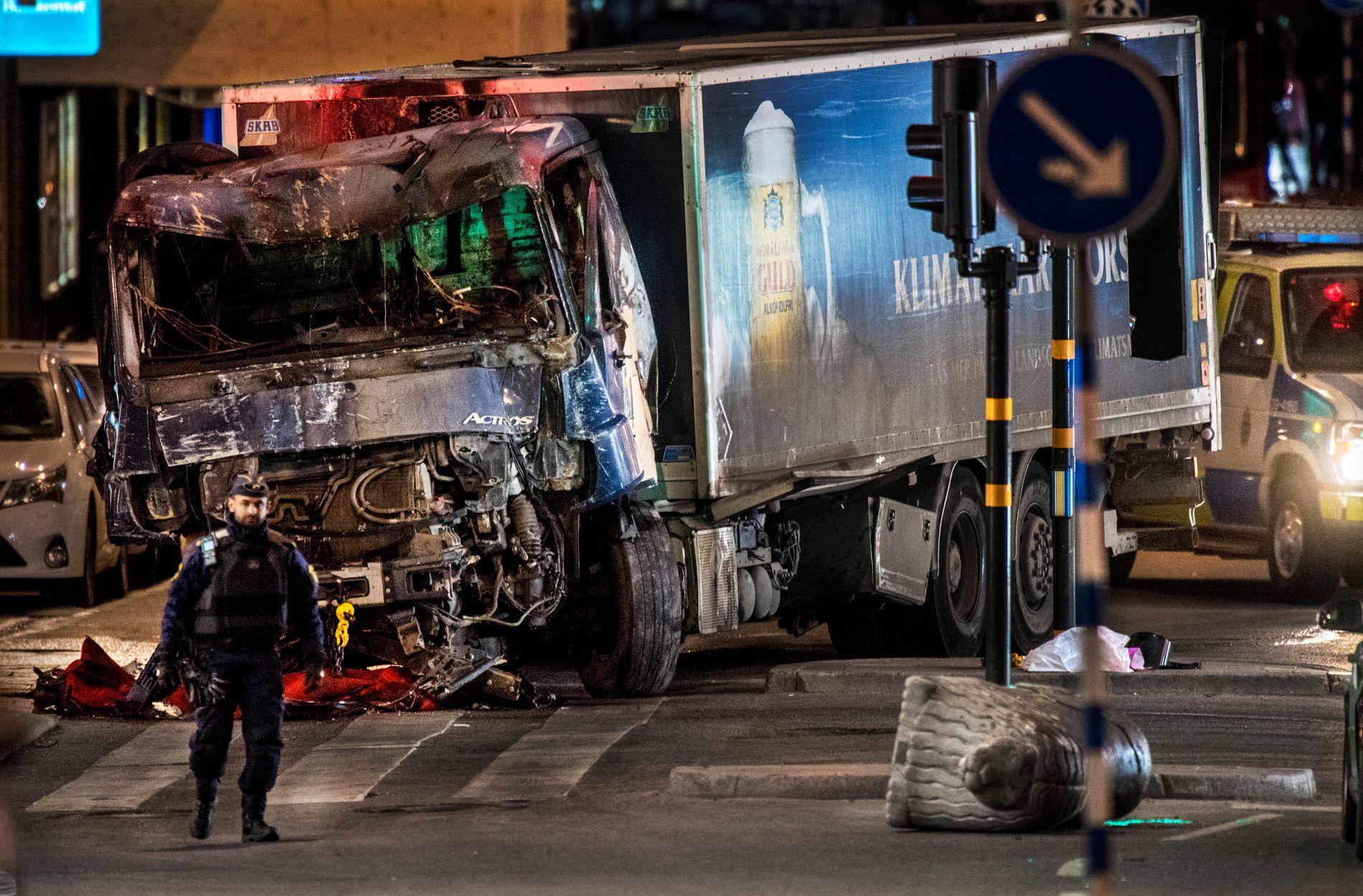 DRAPSVÅPENET: Med denne lastebilen kjørte gjerningsmannen ned flere mennesker i en gågate i Stockholm, før den krasjet inn i kjøpesenteret Åhléns City fredag. Foto: HELGE MIKALSEN, VG