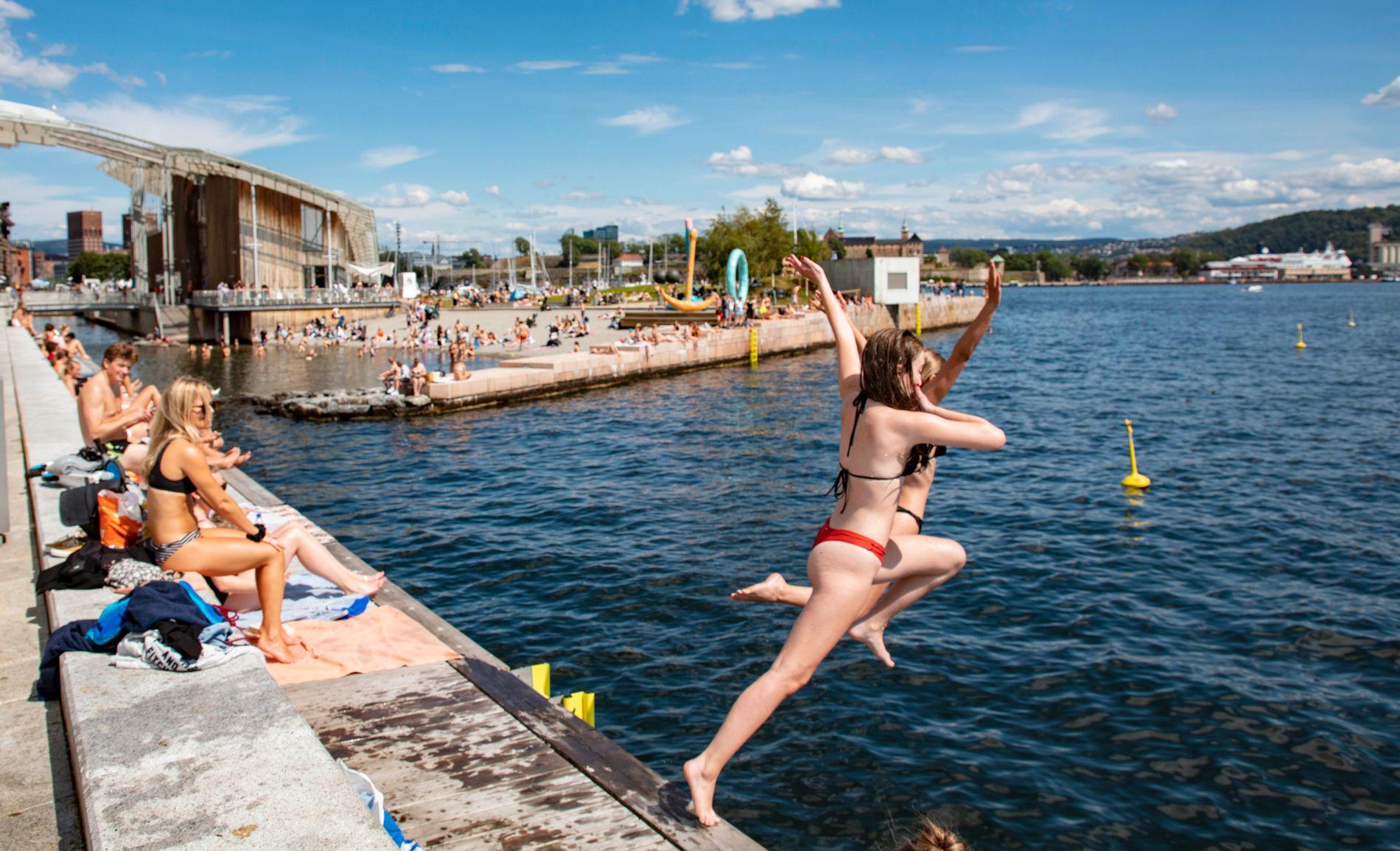 PLASK: Nord i landet kan det være på tide å finne frem badetøyet, slik flere har gjort i Oslo den siste uken. Bildet er fra Oslo 11. juli.