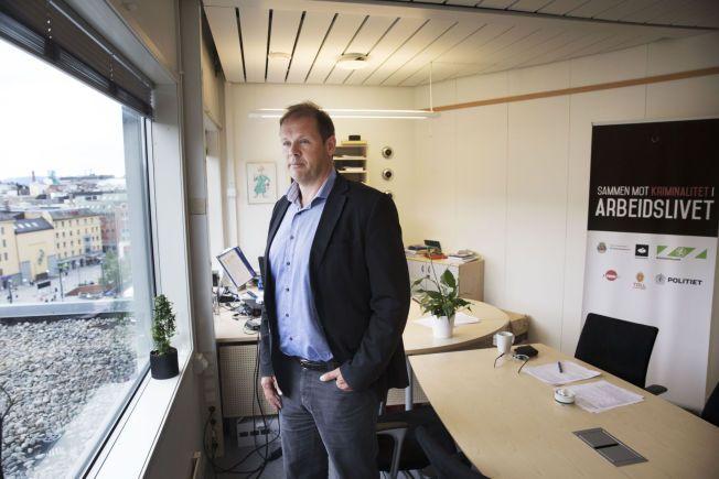 20-30 KR TIMEN: Ørnulf Halmrast regiondirektør ved Arbeidstilsynet i Oslo hører om lønninger på 20-30 kroner timen. En av utfordringene til kontrolletatene er at arbeidstakere frykter for å miste jobben dersom de står fram og forteller om arbeidsforholdene.