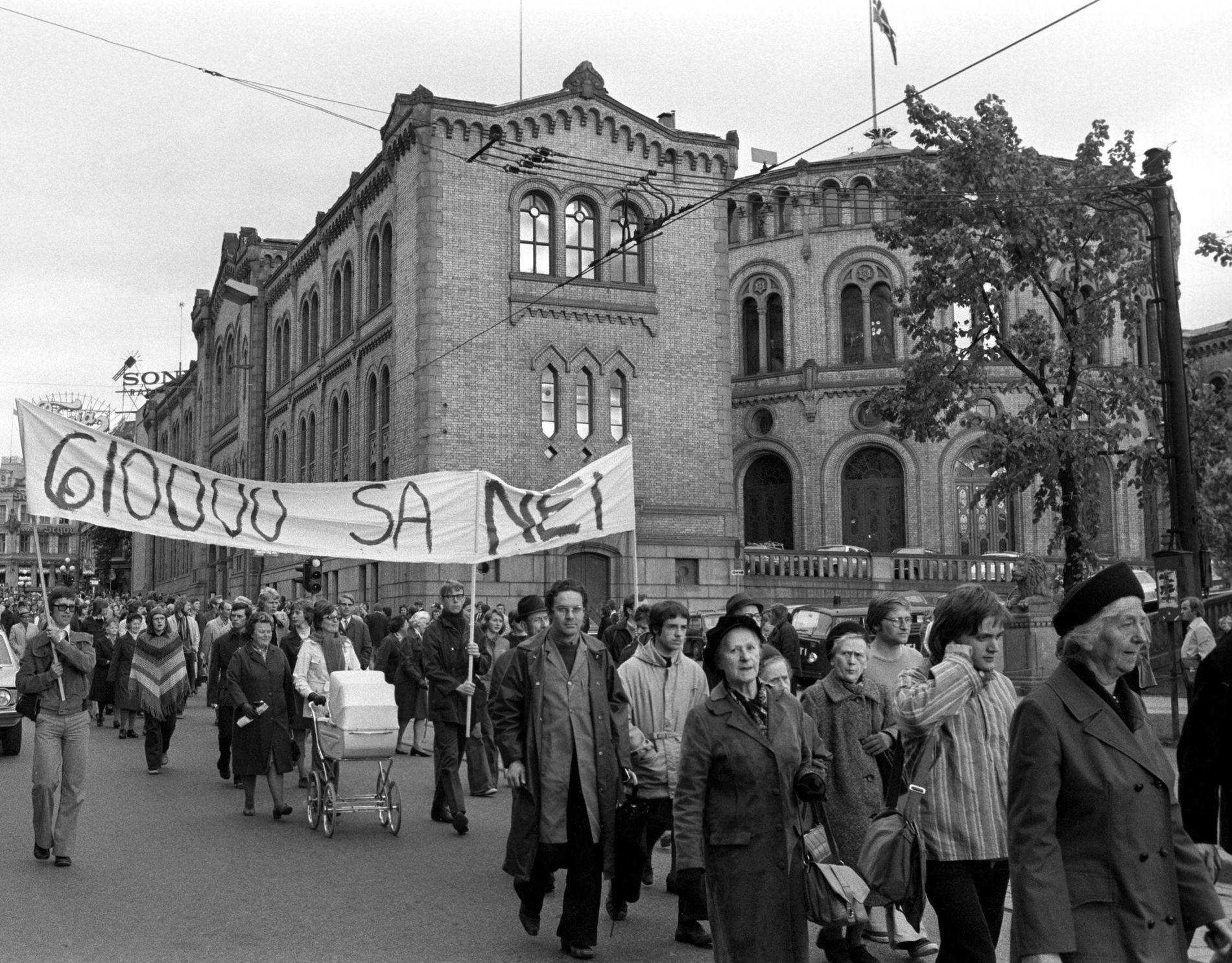 NEI TIL ABORT:  Motstanderne av selvbestemt abort demonstrerte utenfor Stortinget i 1975.  På plakaten står det «610 000 sa nei», og henviser til en underskriftskampanje.