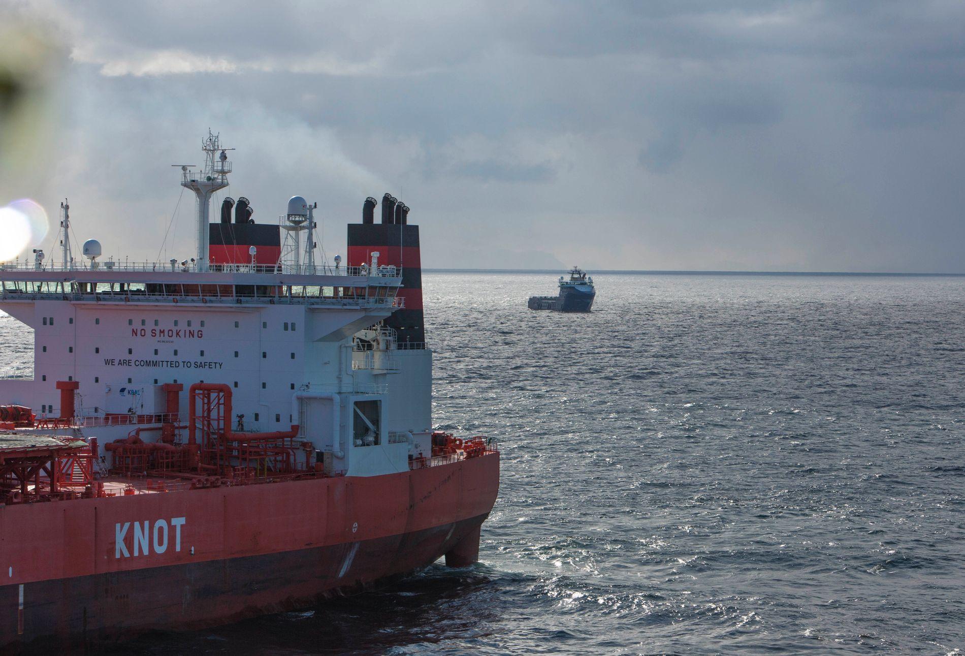SAKSØKER: Tankeren Torill Knutsen laster olje fra Goliat-feltet i Barentshavet. Greenpeace og Natur og Ungdom saksøker nå staten for å ha åpnet nye felt Barentshavet for oljevirksomhet. De mener det er i strid med Grunnlovens miljøparagraf.
