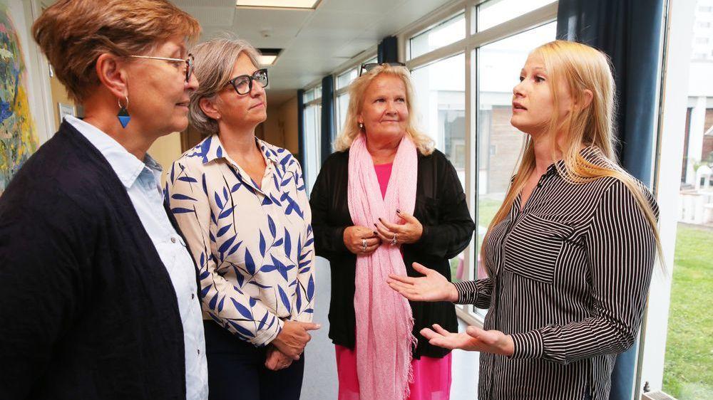 KAMP FOR Å FÅ JOBB: Deltidsansatte Linda Merete Svela (t.h.) gir full støtte til fellesutspillet til lederne Mette Nord i Fagforbundet (f.v.), Eli Gunhild By (Norsk Sykepleierforbund) og Lizzie Ruud Thorkildsen (Delta).: