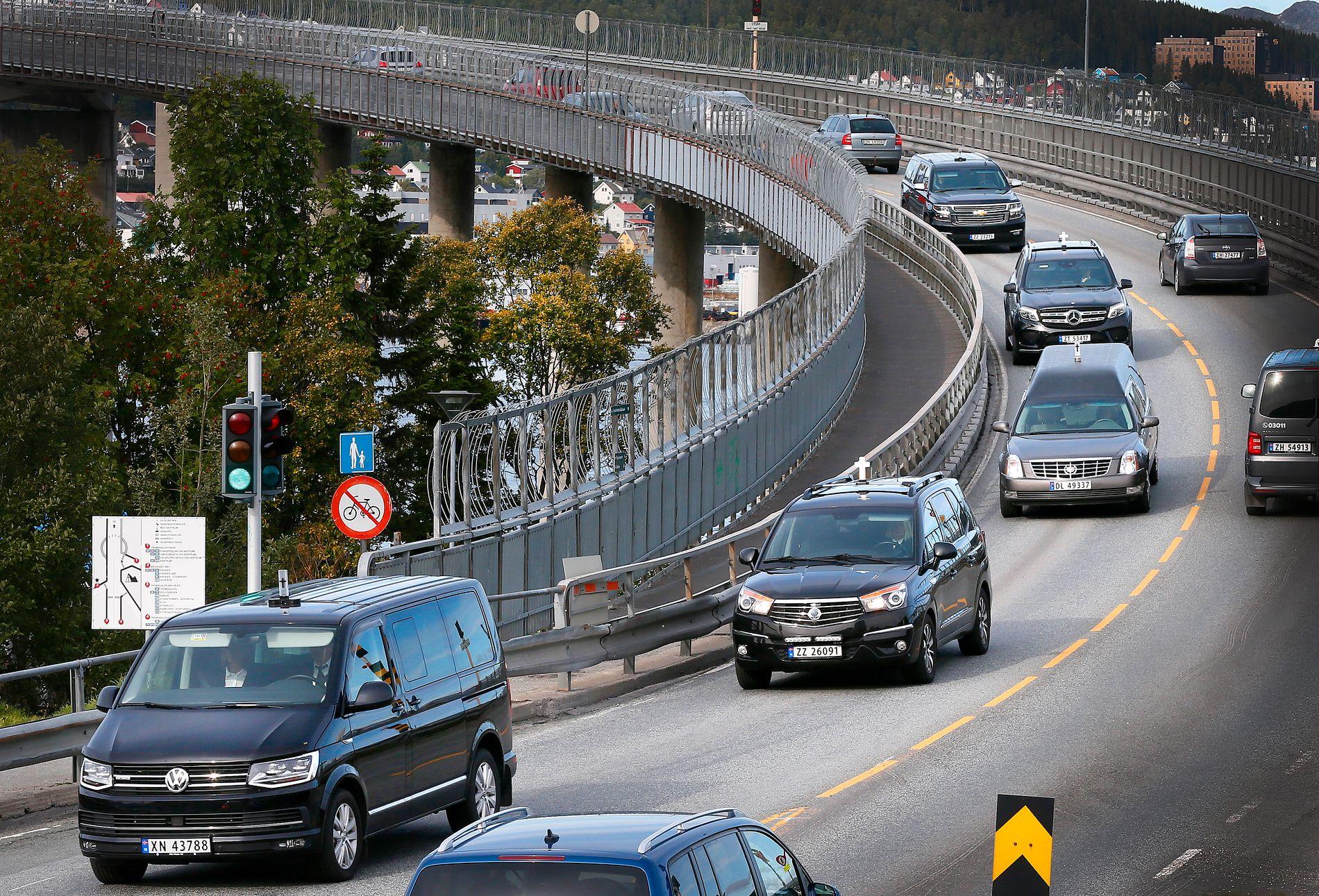 KORTESJE: Fem begravelsesbiler med de fem ungdommene er torsdag ettermiddag på vei mot Alta.