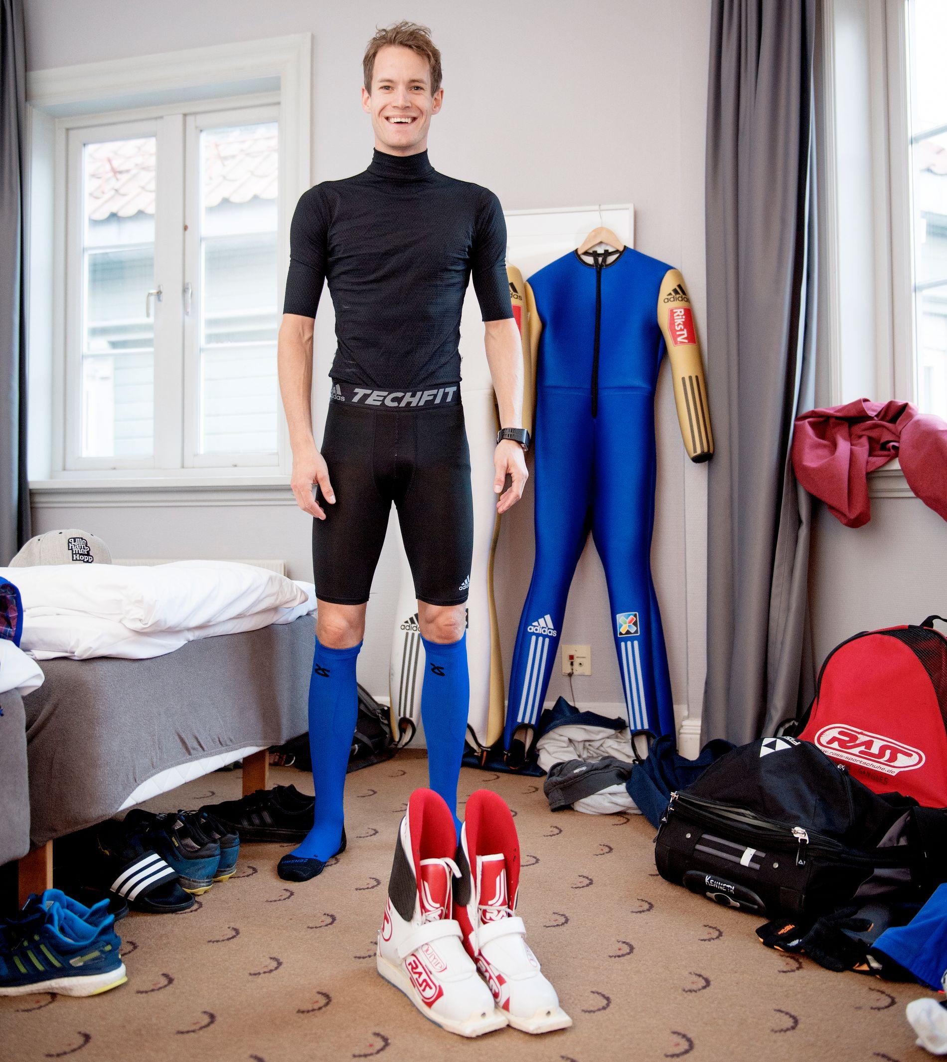 BOXER-BOY: Kenneth Gangnes viser frem det nye undertøyet til hopperne på hotellrommet i Trondheim. Magebeltet på hoppdressen i bakgrunnen er blitt trangere.