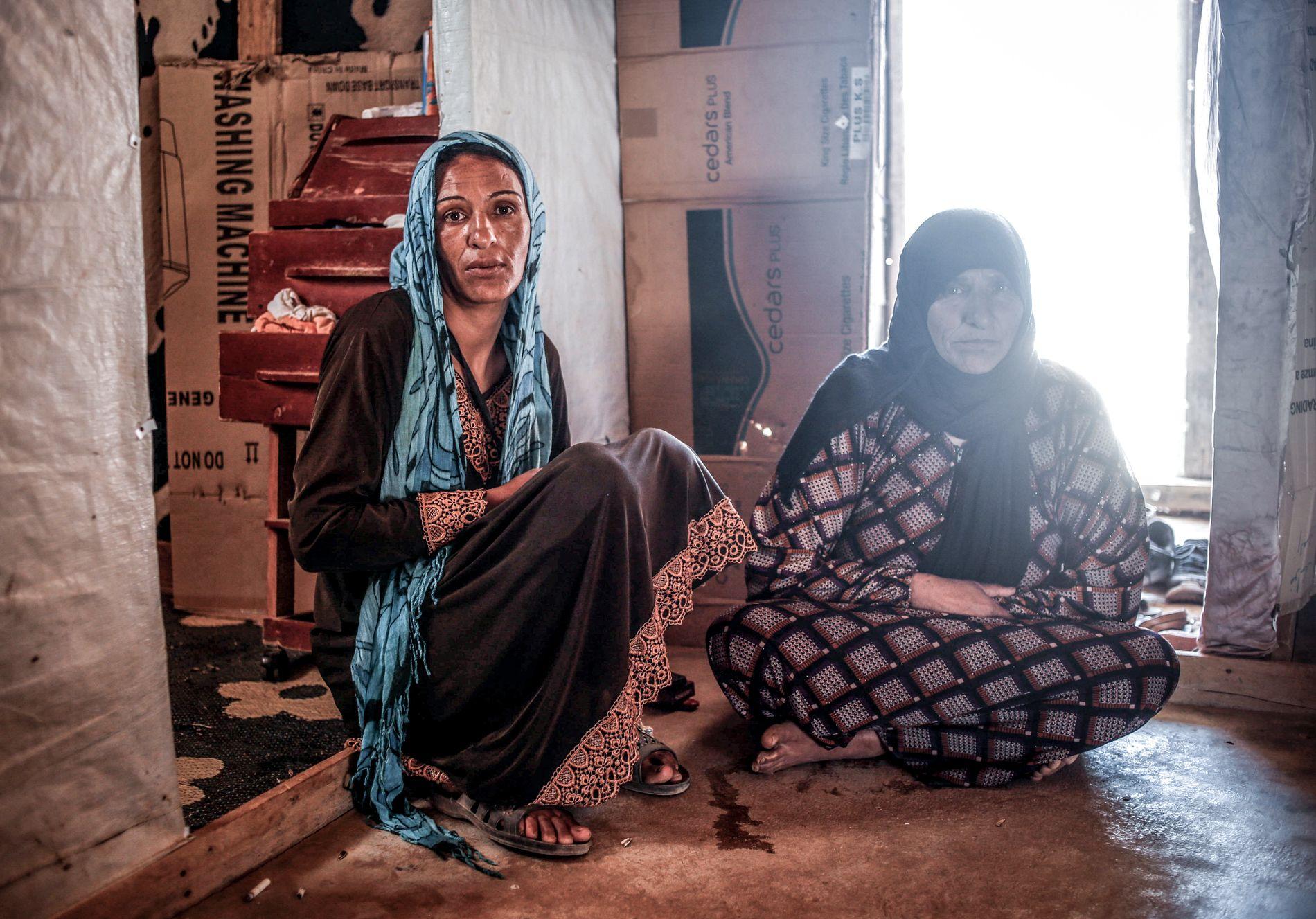 MENNENE ER DREPT: Gazaeriya Mustafa og moren Turkiya Mustafa har mistet mannlige familiemedlemmer i krigen i Syria. De er alene igjen i Libanon og tør ikke returnere.