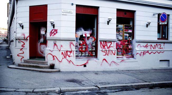 TAGGET: Bruktbokhandelen til Max Hermansen så slik ut søndag morgen.