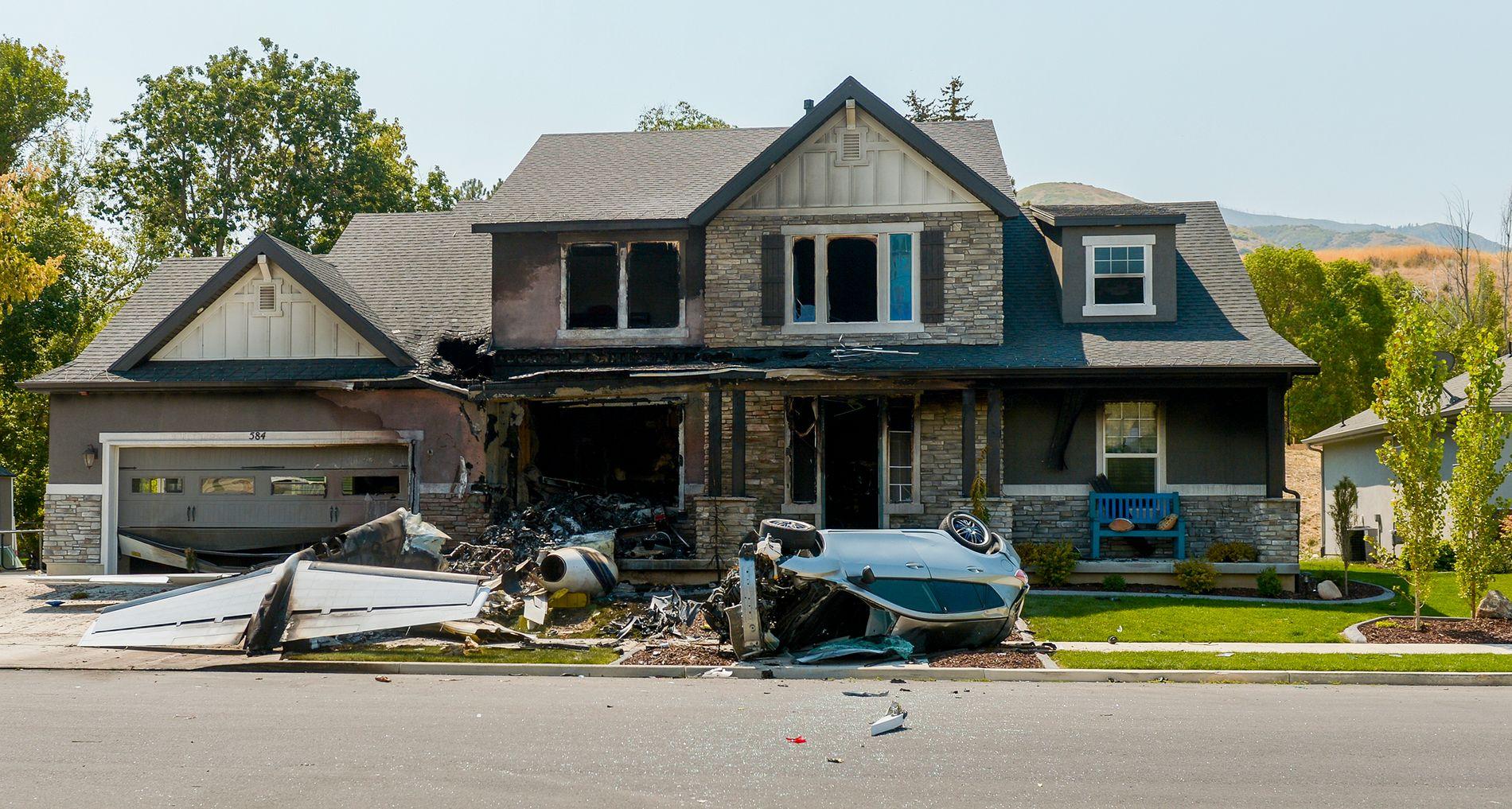 STORE ØDELEGGELSER: Bildet viser vrakrestene fra småflyet Duane Yuod styrtet inn i huset sitt. Frontpartiet til huset og en bil fikk store skader i sammenstøtet.