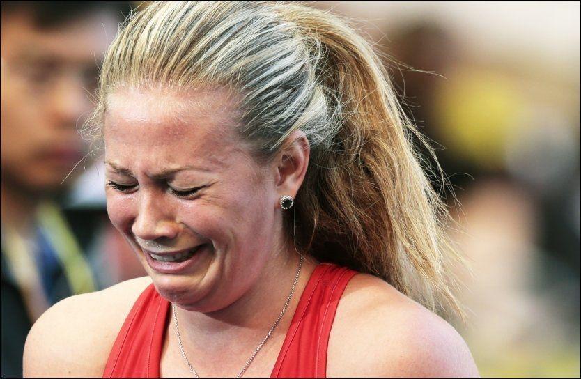 SÅ SKUFFET: Isabelle Pedersen gråt av frustrasjon og skuffelse over endt VM etter dagens 100 meter hekk. Foto: NTB Scanpix