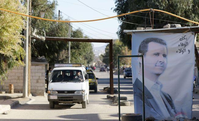 NØDHJELP: Idet både opprørere og regjeringsstyrker sier de akspeterer enigheten om en stans i kamphandlingene i Syria, kan nye nødhjelpsrasjoner fra FN finne vei inn i det krigsherjede landet. Her passerer FN-nødhjelp en veisperring på vei inn til Moadimayet  al-Sham nær Damaskus den 17. februar.