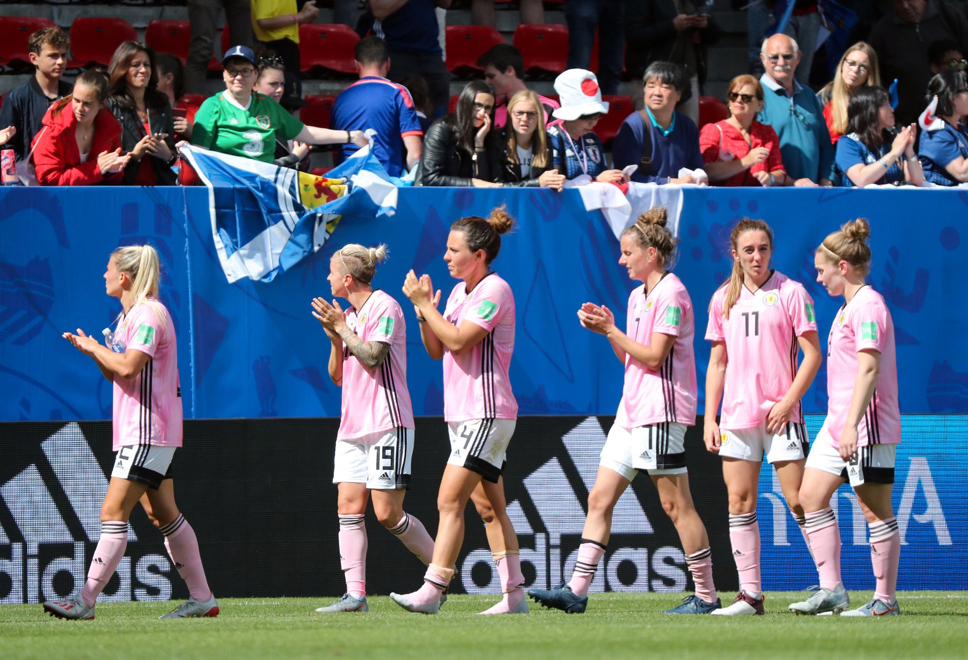 NEDTUR: Skottlands spillere applauderer til fansen etter tapet mot Japan.