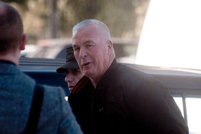 BLIR TROLIG UTVIST: Eks-torpedo Espen Lee (60) - her på vei til retten i Nicosia forrige uke - blir ifølge politiet kastet ut av Kypros fredag.