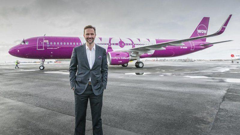 PÅ BAKKEN: Wow Air-gründer Skuli Mogensen startet Islands svar på Norwegian, men nå er det slutt. Selskapet har måttet sette alle flyene på bakken. Her er han avbildet foran et av selskapets Airbus-fly.