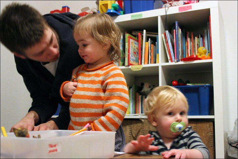 TEGNER: Daniel Pedersen hjelper lille Bergljot Hansen og William Håkansson med kunstverkene. Han jobber som frivillig på Rødhette. Foto: LINA GAGANIS