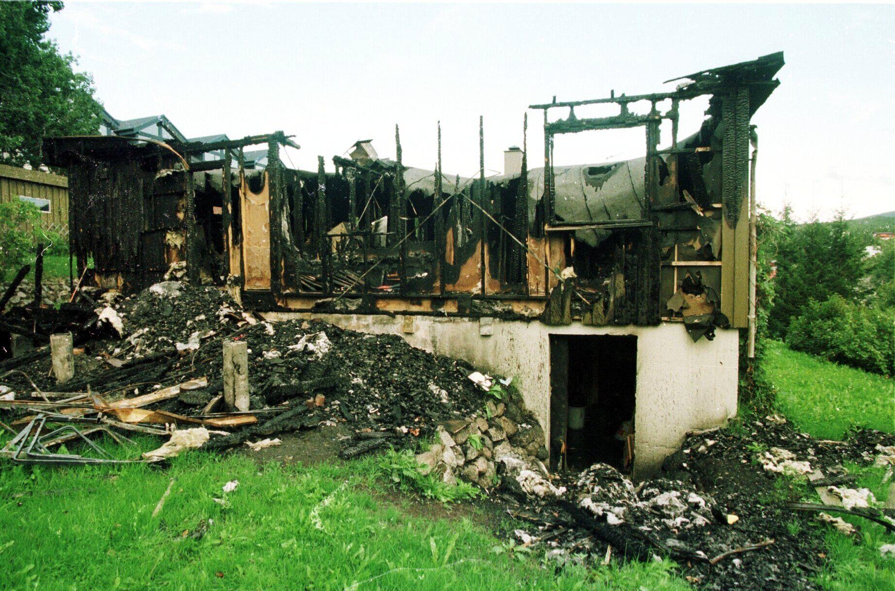 I RUINER: De utbrente ruinene etter  Marie-Louise Bendiktsens bolig i Sjøvegan for snart 20 år siden.