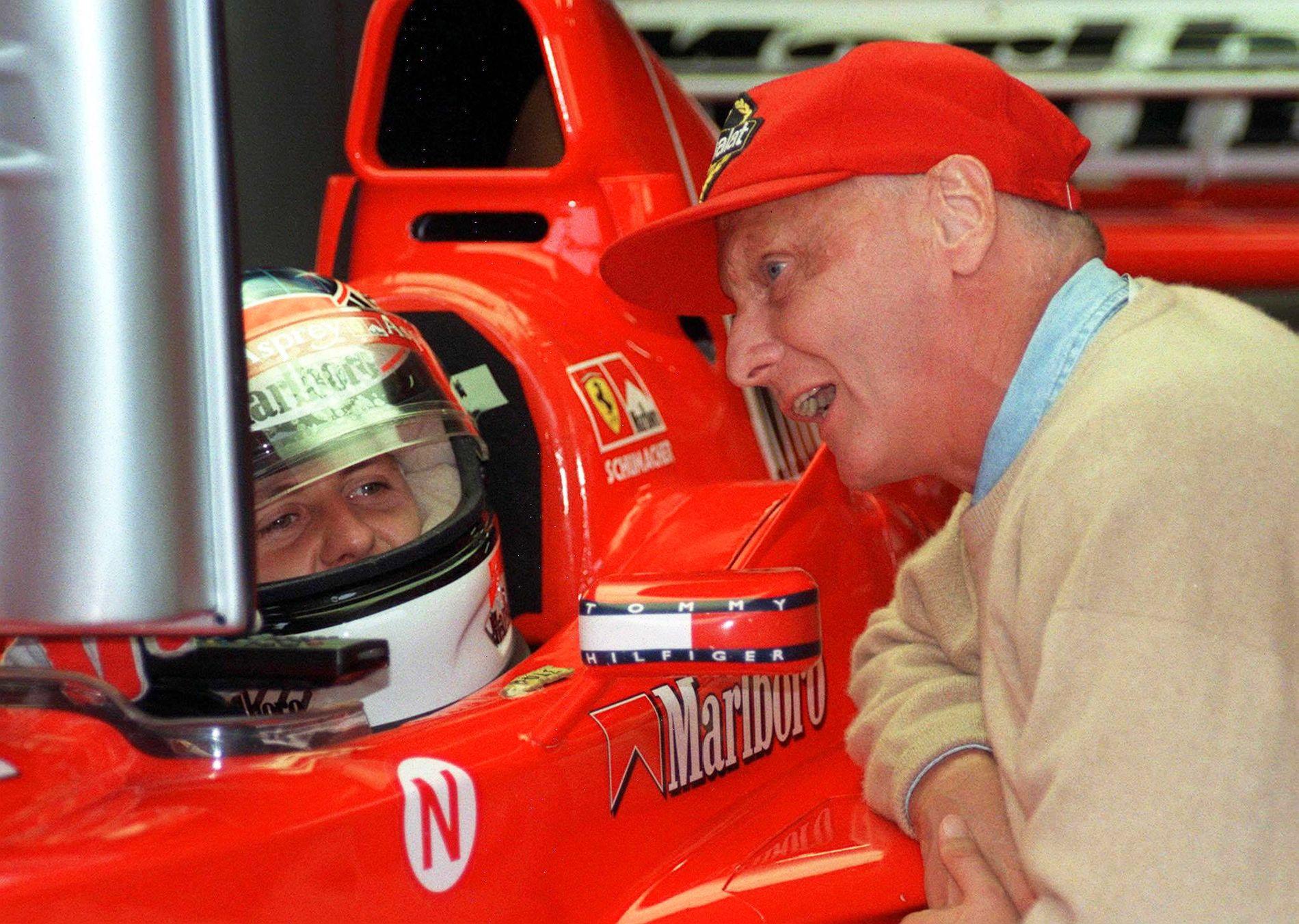 TO LEGENDER: Den tyske Formel 1-føreren Michael Schumacher sitter i sin Ferrari mens Niki Lauda slår av en prat med ham før det Østerrike Grand Prix i 1998.