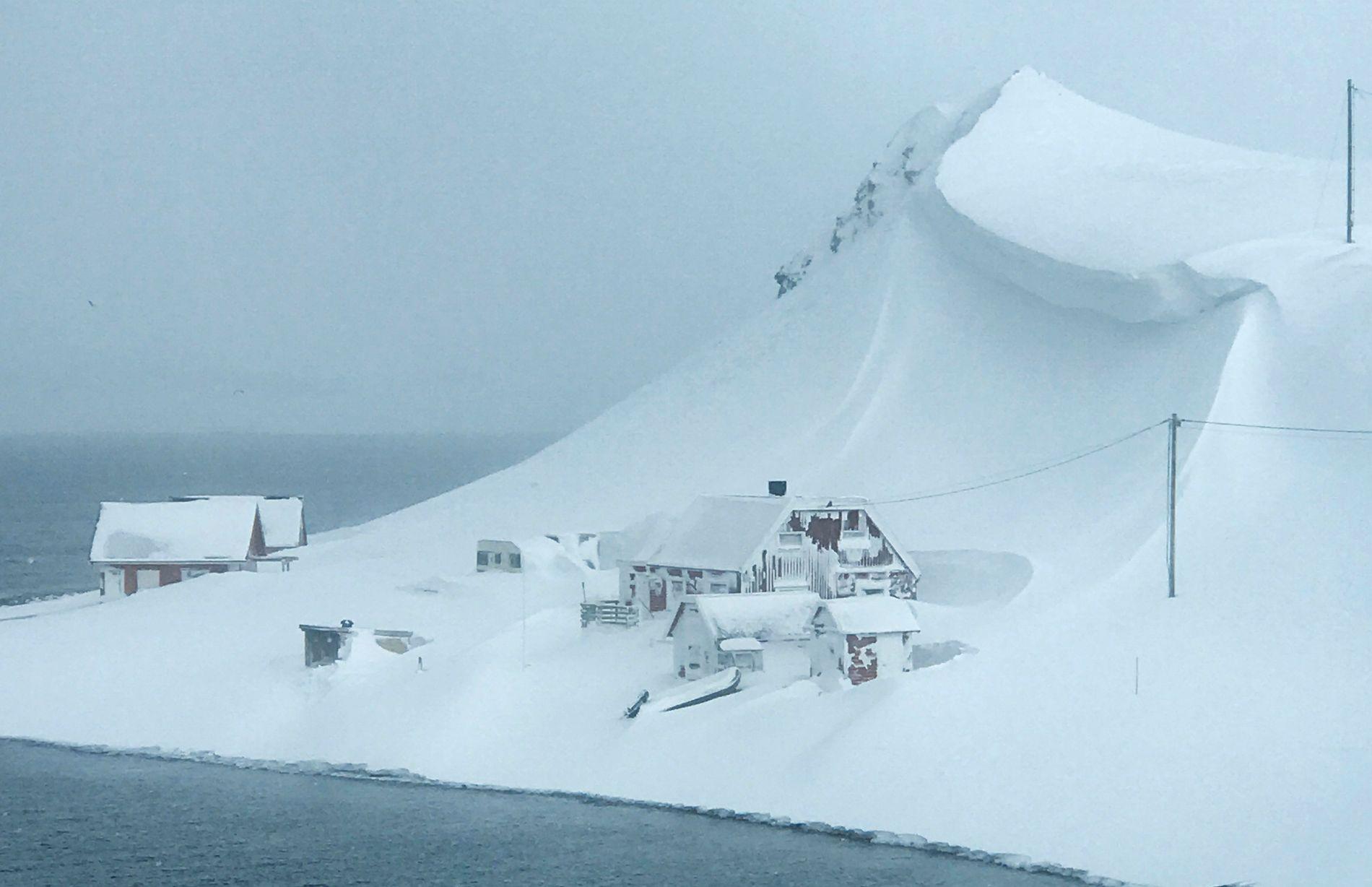 STOR FARE: En stor snøskavl henger over en hytte i Sarnes utenfor Honningsvåg. Snøskredfaren betegnes som stor i store deler av Finnmark. Bildet er tatt tidligere denne uken  Foto: Camilla Daae-Qvale / NTB scanpix