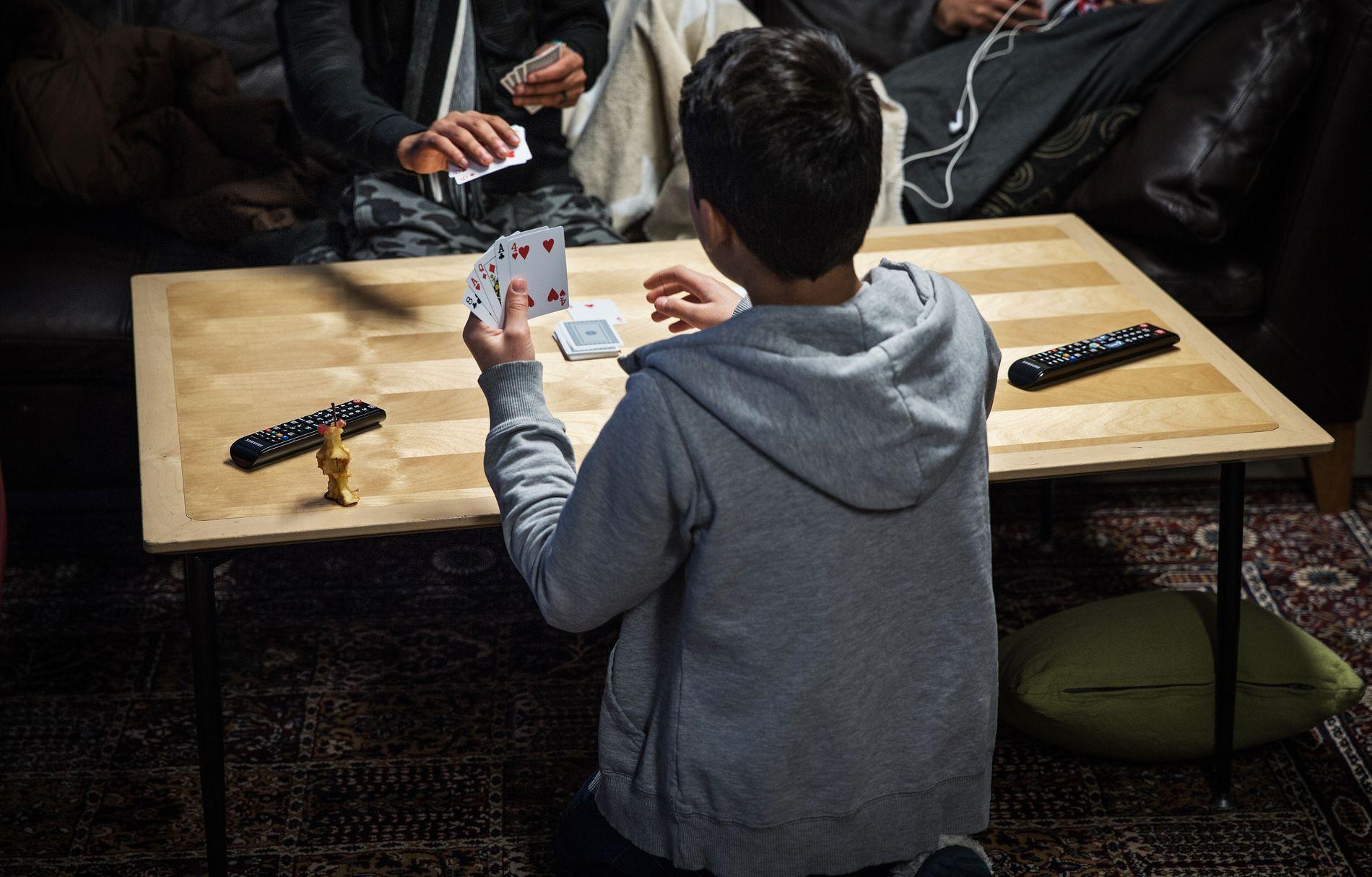 KORTSPILL: Enslige mindreårige asylsøkere får tiden til å gå på omsorgssenteret i Gjøvik. Bildet er tatt under et besøk i januar.