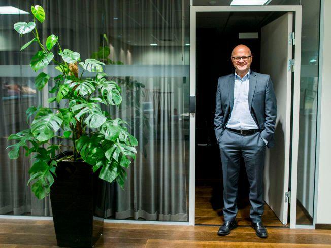 SYMBOLSK: En grønn plante er plassert utenfor kontoret til klimaminister Vidar Helgesen.